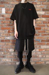 2 Color +82 T-Shirts<Br>블랙과 화이트 두가지 컬러<br>박시한 핏감의 오버핏 티셔츠