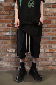 Black Baggy Rick Pants<Br>블랙컬러, 배기핏감<br>유니크한 디자인의 배기 팬츠