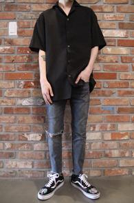 Black Half Slip Shirts<Br>블랙컬러, 슬립소재<br>미니멀한 디자인의 하프셔츠