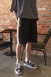 Black Neoprene Side Line Pants<br>블랙컬러, 네오프랜 소재<br>사이드 배색 디테일의 밴딩팬츠