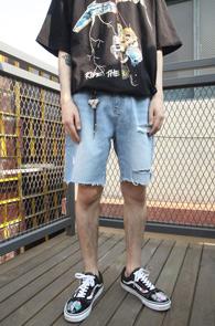 Light Blue Side Tape Denim Pants<br>연청컬러, 사이드 테이프 디테일<br>디스트로이드 디테일의 하프데님팬츠