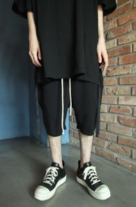 Black Back-zip Baggy Pants<Br>블랙컬러, 백지퍼 디테일<br>베이직한 실루엣과 편안한 착용감