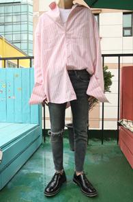 Pink Stripe Over Fit Shirts<Br>핑크컬러, 박시한 디자인<br>소매가 길게 내려오는 디자인의 커프스셔츠