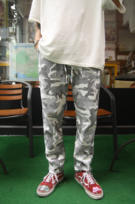 Linnen Banding White Camo Pants<br>그레이앤화이트 색상의 카모 패턴<br>린넨소재로 제작된 밴딩 카모팬츠