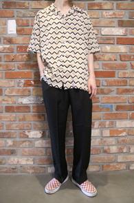 Beige Poly Baroque Pattern Shirts<Br>베이지컬러의 바로크 패턴<br>패턴이 매력적인 하프 셔츠