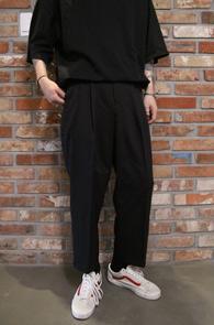 Black Wide Crop Slacks Pants<br>블랙컬러, 와이드한 핏감<br>크롭 기장이 돋보이는 와이드 슬랙스