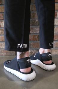 Loved Crop Slacks Pants<Br>밑단의 레터링 포인트<br>깔끔한 디자인과 포인트가 있는 크롭슬랙스