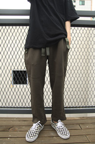 Khaki Tape Banding Training Pants<Br>카키 컬러, 테이프 라인 디테일<br>허리 밴딩 디자인의 트레이닝 팬츠