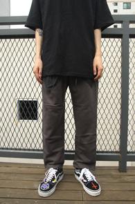 2 Color Banding Pocket Training Pants<br>블랙과 카키 두가지 컬러, 허리 밴딩 디테일<br>포켓 디테일이 매력적인 트레이닝 팬츠