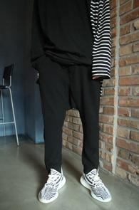 Embo Zipper Baggy Pants<Br>엠보소재, 지퍼디테일<br>배기핏감의 밴딩 팬츠