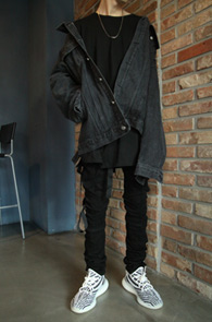Black Box Fit Over Denim Jacket<br>블랙컬러의 박시한 핏감<br>오버핏으로 제작된 데님 자켓