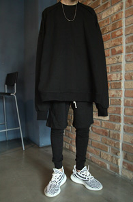 Black Over Fits Box MTM<bR>블랙컬러, 박시한 오버핏 디자인<BR>여유있는 핏감의 박시한 맨투맨
