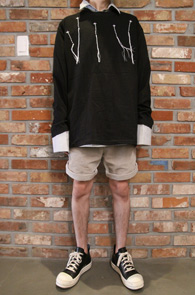 Black Embroidery T-Shirts<br>블랙컬러의 자수 디테일<br>자수 포인트가 멋스러운 기본 티셔츠