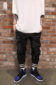 Black Coating Jogger Pants<Br>블랙컬러, 카본 코팅 소재<br>유니크한 디자인의 조거팬츠