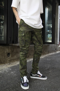Khaki Camo Banding Cargo Pants<br>카키컬러의 카모 패턴<br>슬림한 핏의 밴딩 카고팬츠
