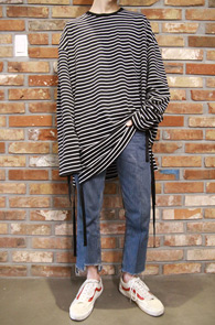 Long Stripe Tape T-Shirts<br>롱한 기장감, 스트라이프 패턴<br>테이프 디테일이 매력적인 스트라이프티
