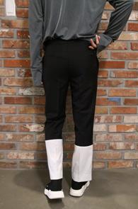 Two Tone Slim Slacks Black<br>투톤 배색 디테일, 슬림한 핏감<br>유니크한 디자인의 슬림 슬랙스