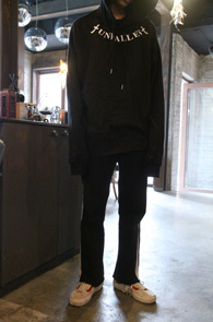 Black Unffalen Hood T-Shirts<Br>블랙컬러, 밑단 컷팅 디테일<BR>프린팅이 매력적인 후드 티셔츠