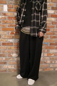 Black Wool Wide Slacks<Br>블랙컬러, 와이드한 핏감<br>와이드한 핏의 울 슬랙스 팬츠
