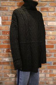 Black Turtle Neck Knit<br>블랙컬러의 여유있는 실루엣<br>오버핏으로 제작된 터틀넥 니트