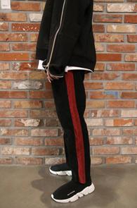 Black Side Line Corduroy Pants<br>사이드라인, 코듀로이 소재<br>밑단 컷팅 디테일의의 코듀로이 팬츠