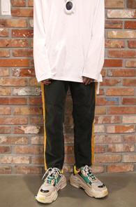 Green Side Line Corduroy Pants<br>사이드라인, 코듀로이 소재<br>밑단 컷팅 디테일의 코듀로이 팬츠