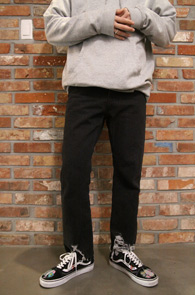 Black Straight Wide Denim Pants<br>블랙컬러, 스트레이트 핏감<br>밑단 디테일이 돋보이는 와이드 팬츠