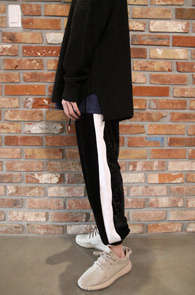 3 Color Velvet Jogger Pants<br>화이트와 핑크, 레드 사이드 컬러<br>벨벳소재의 사이드라인 조거팬츠