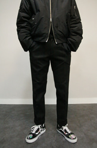 Black Pintuck Wool Slacks<br>블랙컬러, 핀턱 디테일<br>슬림스트레이트 핏감의 울슬랙스
