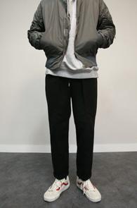 Black Wool Wide Crop Pants<br>블랙컬러의 모직 소재<br>반 밴딩 디테일의 크롭 슬랙스 팬츠