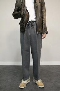 Grey Wool Wide Crop Pants<Br>그레이컬러의 모직 소재<br>반 밴딩 디테일의 크롭 슬랙스 팬츠