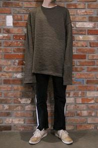 Khaki Twist Over Knit<Br>카키컬러,골지패턴<br>박시한 핏감의 오버핏 니트