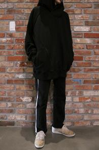 Black Over Fit Hood T-Shirts<Br>블랙컬러의 박시한 오버핏<br>기모안감의 가오리핏 후드티