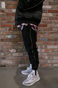 2 Color Scatch Jogger Pants<Br>블랙과 그레이 두가지 컬러<br>사이드라인 스카치 디테일의 조거팬츠