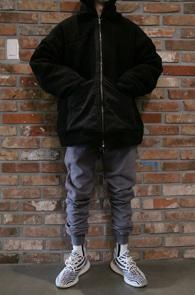 Black Fleece Fur Zip-up Jumper<br>블랙컬러, 후리스 소재<br>오버사이즈로 제작된 후리스 점퍼