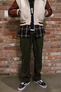 Khaki Lining Banding Pants<Br>카키컬러, 두툼한 소재<br>사이드 라이닝 디테일의 밴딩팬츠