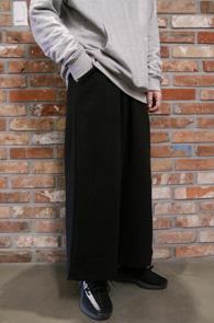 Black Wide Crop Pants<Br>블랙컬러, 와이드한 핏감<br>크롭기장감의 와이드 팬츠