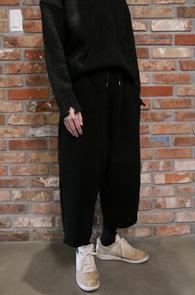 FW Black Crop Wide Pants<Br>블랙컬러, 크롭 기장감<BR>모직소재의 와이드 팬츠
