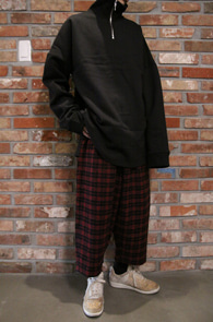 Black Anorak Box MTM<bR>블랙컬러, 아노락 디자인<BR>박시한 디자인의 맨투맨