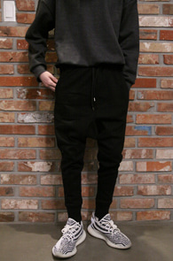 Black Baggy Jogger Pants<Br>블랙컬러, 배기핏감<br>조거 디자인의 블랙 팬츠