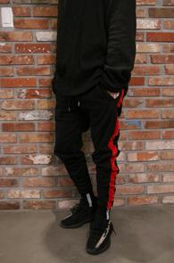 Black Side Velvet Jogger Pants<Br>블랙컬러, 사이드 벨벳 라인디테일<br>편안한 착용감의 트레이닝 팬츠
