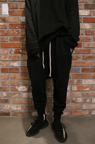 Black Baggy Jogger Pants<Br>블랙컬러의 배기 핏감<br>편안한 착용감의 조거 배기팬츠