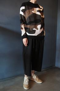 Slim Camo Knit<bR>슬림한 핏감, 카모플라주 패턴<BR>신축성이 있는 카모 니트
