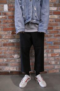 Black Crop Baggy Pants<Br>블랙컬러, 크롭 기장감<br>배기핏감의 하프 밴딩 팬츠