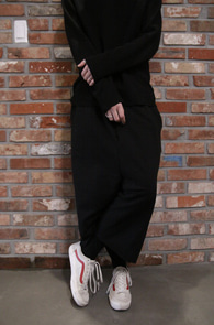 Black Cutting Crop Baggy Pants<br>블랙컬러, 배기핏감<br>밑단 컷팅 디테일의 크롭 트레이닝 팬츠