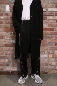 Side White Line Button Track Pants<br>사이드 라인, 밑단 버튼 디테일<br>여유있는 실루엣의 사이드 라인 팬츠