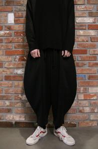 Black Wide Baggy Pants<br>블랙컬러,와이드한 실루엣<br>유니크한 핏감의 트레이닝 팬츠