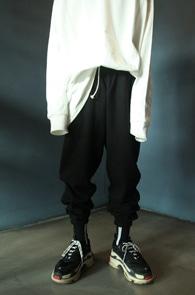 Black Jogger Pants<br>블랙컬러, 여유있는 실루엣<br>편안한 착용감의 조거팬츠