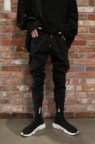 Black Unblance Jogger Pants<br>블랙컬러, 시보리 디테일<br>절개디테일이 돋보이는 조거팬츠