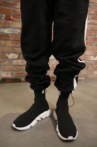 Black Side Line Jogger Pants<br>블랙컬러, 사이드 라인 디테일<br>여유있는 실루엣의 조거 팬츠